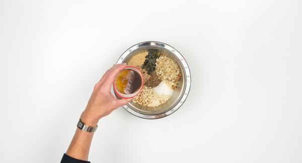 Calentar el aceite de coco, mezclar con la miel y la canela y añadir al bol de los cereales. Mezclar bien.