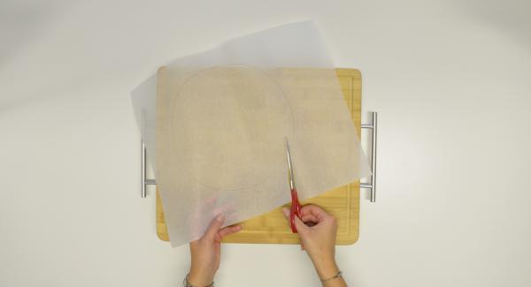 Con una tapa de 24 cm, recortar un círculo de papel para hornear.