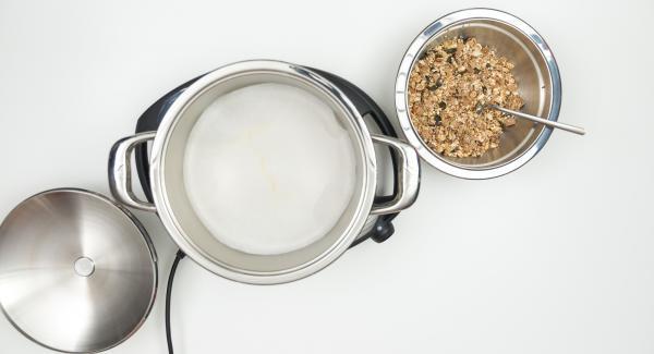 """Cuando el Avisador (Audiotherm) emita un pitido al llegar a la ventana de """"chuleta"""" colocar el papel para hornear dentro de la olla, extender la mezcla encima. Retirar la olla del Navigenio."""