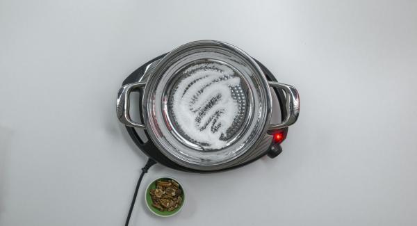 Colocar la olla con el azúcar en el Navigenio a temperatura máxima (nivel 6). Tan pronto como el azúcar comience a derretirse, bajar la temperatura del Navigenio (2) y caramelizar ligeramente.