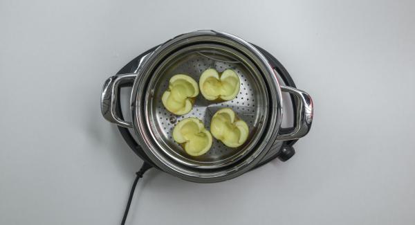 Lavar las manzanas, cortarlas por la mitad a lo largo y retirar bien el corazón. Verter agua (unos 150 ml) en una olla. Colocar las manzanas en la Softiera de 24 cm, introducir en la olla y tapar con la Tapa Súper-Vapor (EasyQuick) con un aro de sellado de 24 cm.