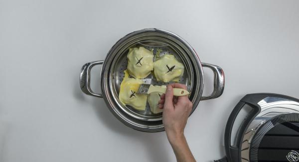 Llenar las mitades de manzana con nueces y arándanos rojos. Tapar cada manzana con un cuadrado de hojaldre y pintar con huevo batido.