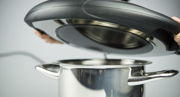 Volver a introducir la Softiera con las manzanas en la olla. Colocar el Navigenio en modo de horno (poniéndolo invertido encima de la olla) y ajustar a temperatura baja. Cuando el Navigenio parpadee en rojo/azul, introducir 10 minutos en el Avisador (Audiotherm) y hornear.