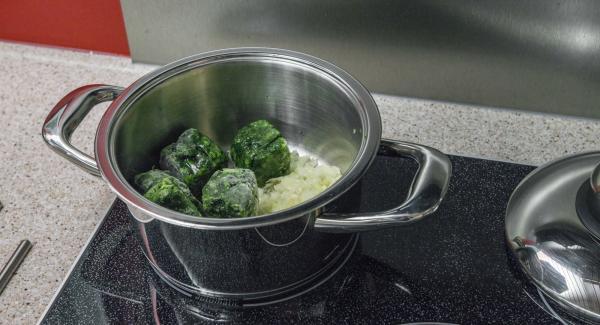 Colocar la olla en el fuego con 3 cucharadas soperas de agua. Añadir las espinacas y la mezcla de cebolla.