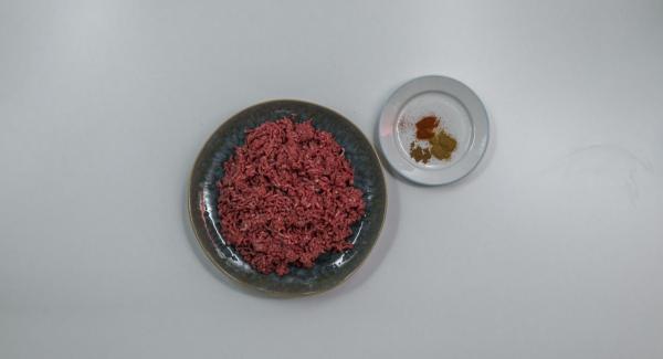 Amasar la carne picada con las especias.