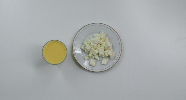 Batir los huevos con la leche y sazonar con sal y pimienta. Cortar el queso de oveja en dados.