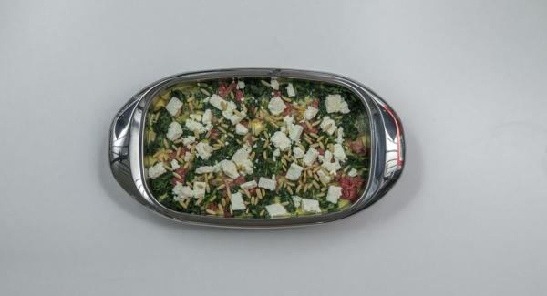 Añadir el batido de leche y huevo espolvoreando con el queso y los piñones. Hornear unos 40 minutos.