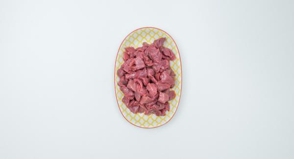 Mezclar las tiras de carne con el aceite.