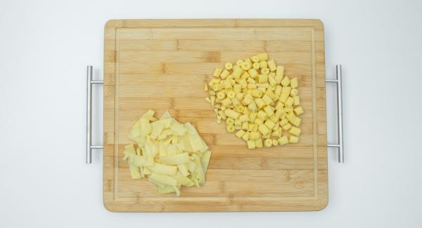 Escurrir las mazorcas de maíz y los brotes de bambú y cortarlos en trozos pequeños.