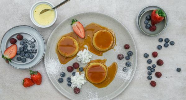 Dejar enfriar la crema de caramelo en el refrigerador durante al menos 3 horas. Desmoldar en platos para servir, adornar con nata montada y fruta al gusto.