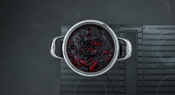Mientras tanto, limpiar las frutas y añadirlas a la olla mezclándolas cuidadosamente. Endulzar al gusto.
