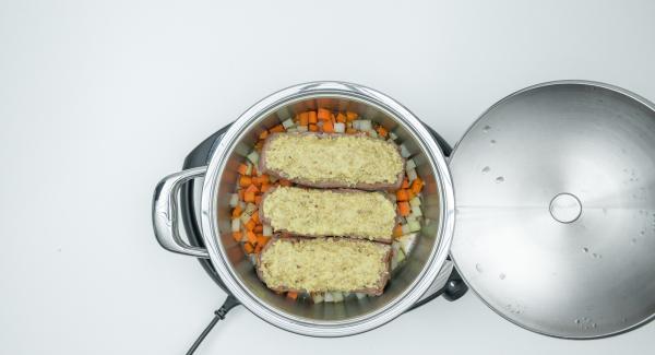 Sazonar la carne y extender el triturado en la parte superior. Sazonar las verduras con tomillo, miel sal y pimienta y colocar la carne encima.