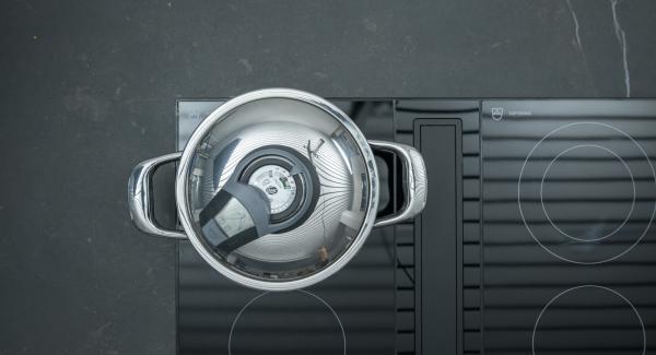 """Tan pronto como Audiotherm emita un sonido al llegar a la ventana de la verdulería, cambie a un nivel bajo y cocine. Apagar, pelar y descuartizar los huevos al final del tiempo de cocción. Cuando el Avisador (Audiotherm) emita un pitido al llegar a la ventana """"zanahoria"""", bajar temperatura cocer asar hasta el final. Cuando el Avisador (Audiotherm) emita un pitido al finalizar el tiempo de cocción sacar los huevos y cortar a cuartos."""