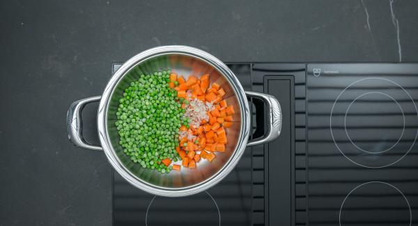 Pelar y cortar las zanahorias en dados y añadirlas a la olla junto con los guisantes y la chalota cortada en dados pequeños.