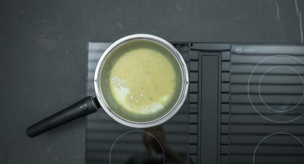 Preparar una salsa bechamel de mantequilla, harina, leche y caldo de verduras según la receta básica.