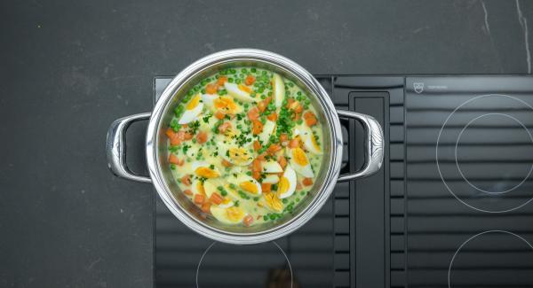 Agregar el curry en polvo y incorporar a las verduras. Añadir con cuidado los huevos cocidos y sazonar al gusto con sal y pimienta.