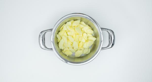 Pelar y trocear las manzanas, retirar las semillas y cortarlas en rodajas.