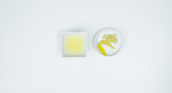 Lavar y secar el limón. Recortar una tira delgada de cáscara con un pelador y luego expirmir el zumo. Pelar y rallar el jenjibre.