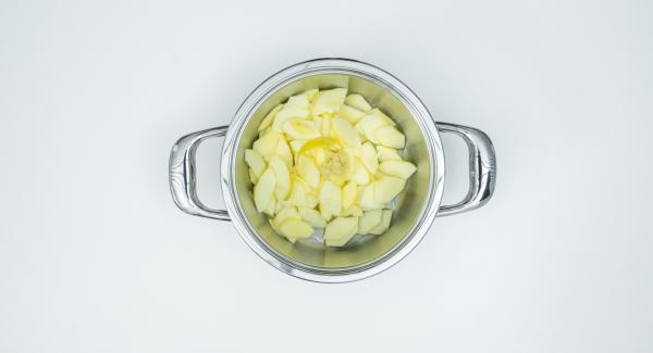 Poner la manzana, la cáscara de limón, 2 cucharadas de zumo de limón, jengibre y el zumo de manzana en la olla.
