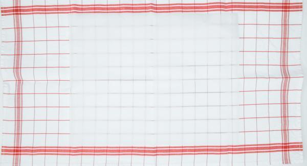 Colocar una hoja de papel de hornear sobre un paño de cocina.