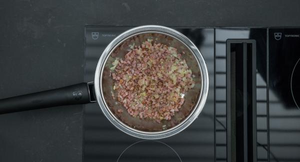 """Cuando el Avisador (Audiotherm) emita un pitido al llegar a la ventana de """"chuleta"""", bajar la temperatura y saltear los dados de bacon. Añadir la cebolla y freírlos brevemente. Retirarlo y ponerlo en una ensaladera"""