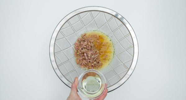 Mezclar caldo de verduras, vinagre, mostaza y aceite y sazonar a gusto con sal, pimienta y azúcar. Mezclar las judías con la cebolla y el bacon. Añadir el adobo y dejarlo en el frigorífico, preferiblemente durante la noche.