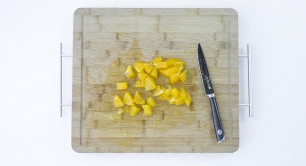 Pelar y cortar la naranja en dados. Añadir los huevos, el aceite, el yogur y el azúcar y triturar.