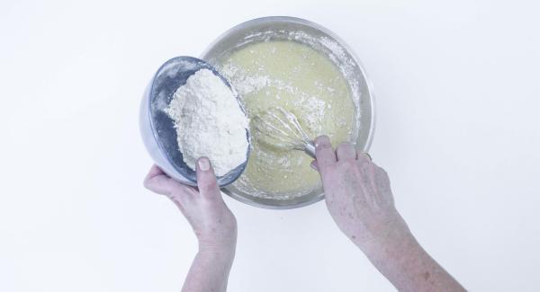 Añadir la levadura y la harina lentamente, removiendo constantemente hasta conseguir una masa homogénea no demasiado líquida.