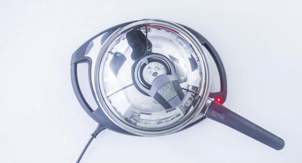 """Cuando el Avisador (Audiotherm) emita un pitido al llegar a la ventana de """"chuleta"""", añadir abundante aceite. A continuación, con la ayuda de dos cucharas, introducir pequeñas porciones de la masa."""