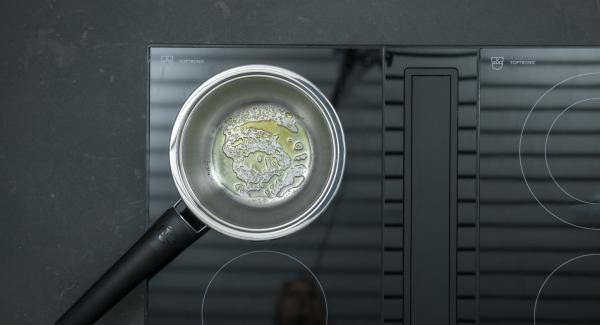 Poner aprox. 1 cucharada de azúcar en una olla pequeña, cambiar el fuego a la temperatura más alta y calentar. En cuanto el azúcar empiece a derretirse y a colorearse, reducirse a un nivel bajo.
