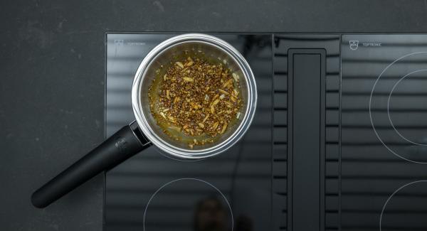 Añadir poco a poco el azúcar restante y caramelizar todo ligeramente. Agregar la espelta, las almendras y tostar todo hasta que esté dorado.