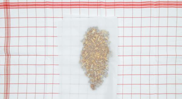 Poner la mezcla en un lado del papel de hornear cubrir con la otra mitad del papel y aplanar al máximo con la ayuda de un rodillo de cocina. Dejar enfriar.