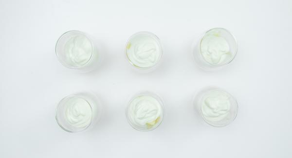 Colocar los trozos de manzana en un vasito o tarro individual y cubrir con la mezcla de yogur.