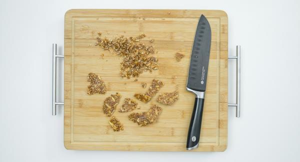 Para adornar, romper en trozos pequeños la masa que hemos aplanado, y esparcir sobre la capa de yogur. Servir inmediatamente.