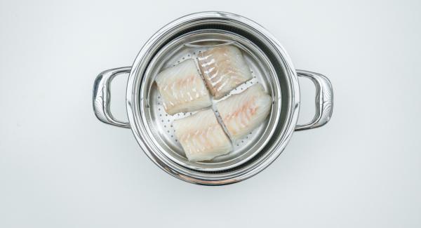 Cortar los filetes de pescado en cuatro porciones y colocarlos Softiera.