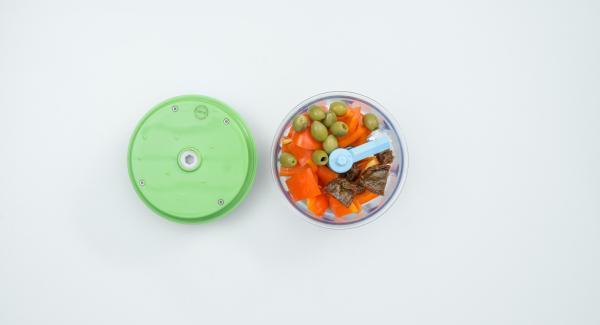 Limpiar el pimiento. Con ayuda del Quick Cut,  picar el pimiento, las olivas y los tomates.
