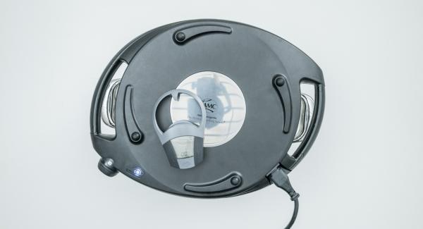 Cuando el Avisador (Audiotherm) emita un pitido al finalizar el tiempo de cocción, colocar la olla sobre la tapa invertida. Colocar el Navigenio en modo de horno (poniéndolo invertido encima de la olla) y ajustar a temperatura media. Cuando el Navigenio parpadee en rojo/azul, introducir 4 minutos en el Avisador (Audiotherm) y gratinar hasta que esté crujiente.