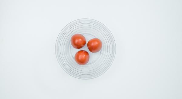 Escaldar los tomates en agua hirviendo, pelarlos y cortarlos en dados pequeños.