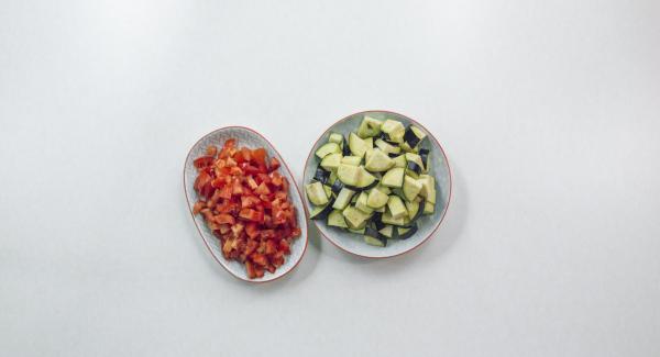 Limpiar las berenjenas y cortarlas en dados. Limpiar los tomates y cortarlos en dados pequeños.