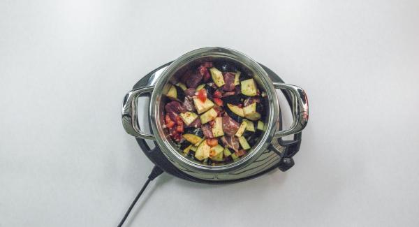 Colocar la carne y las verduras en la olla. Agregar el tomate, el pimentón, el orégano y el comino y sazonar con sal y pimienta. Mezclar todo cuidadosamente.