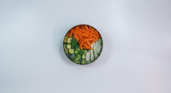 Pelar las zanahorias y el nabo y cortarlos en palitos. Limpiar el brócoli y separar los ramilletes.