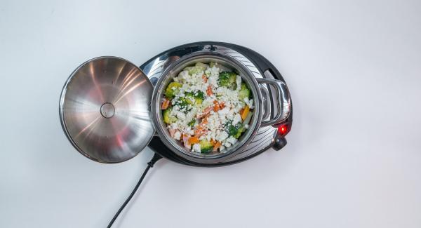 Desmenuzar el queso y extenderlo sobre las verduras.