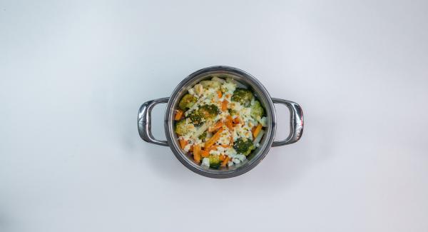Espolvorear las rodajas de almendra sobre las verduras para servir.