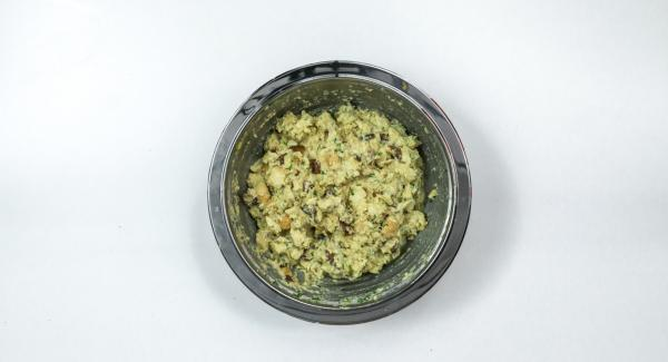Picar las hojas de perejil añadirlas al bol. Mezclar todo bien y sazonar con sal y pimienta.