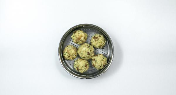 Formar 12 albóndigas de la mezcla del pan, insertar una cucharadita de la mezcla de brócoli para el relleno en el centro. Colocar las 6 bolas de masa en una Softiera previamente engrasada con mantequilla.