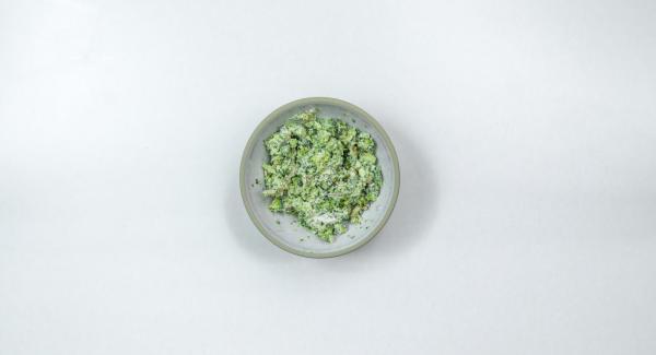 Triturar los ramilletes de brócoli. Pelar y cortar los ajos finamente y añadirlos a la masa de brócoli. Agregar el queso y los piñones. Mezclar todo bien. Sazonar al gusto.