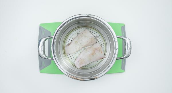 Engrasar el Accesorio Súper-Vapor, introducir el filete de pescado sazonado con sal y pimienta. Colocar el limón lavado y cortado en rodajas sobre el pescado.