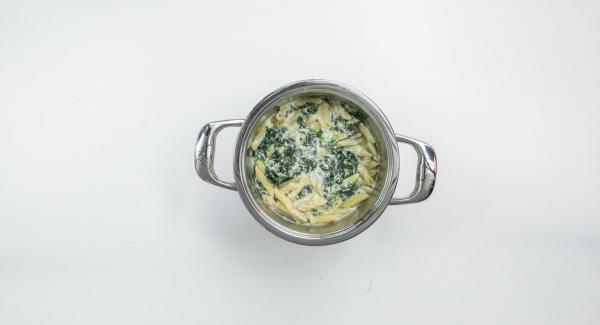 Mezclar la ricotta con el huevo y añadir a la pasta. Sazonar con sal, pimienta y nuez moscada. Espolvorear el queso sobre la pasta.