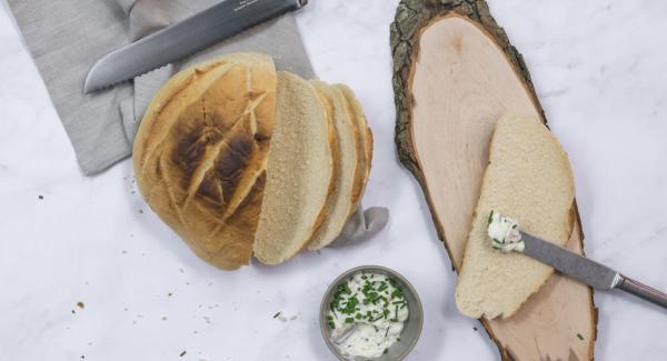 Sacar el pan y dejarlo enfriar completamente en una rejilla.