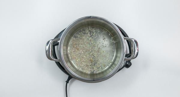Pelar la chalota y el diente de ajo y picarlos finamente en el Quick Cut. Verter en la olla con el vino blanco.